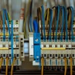 חיבור חוטי חשמל בארון